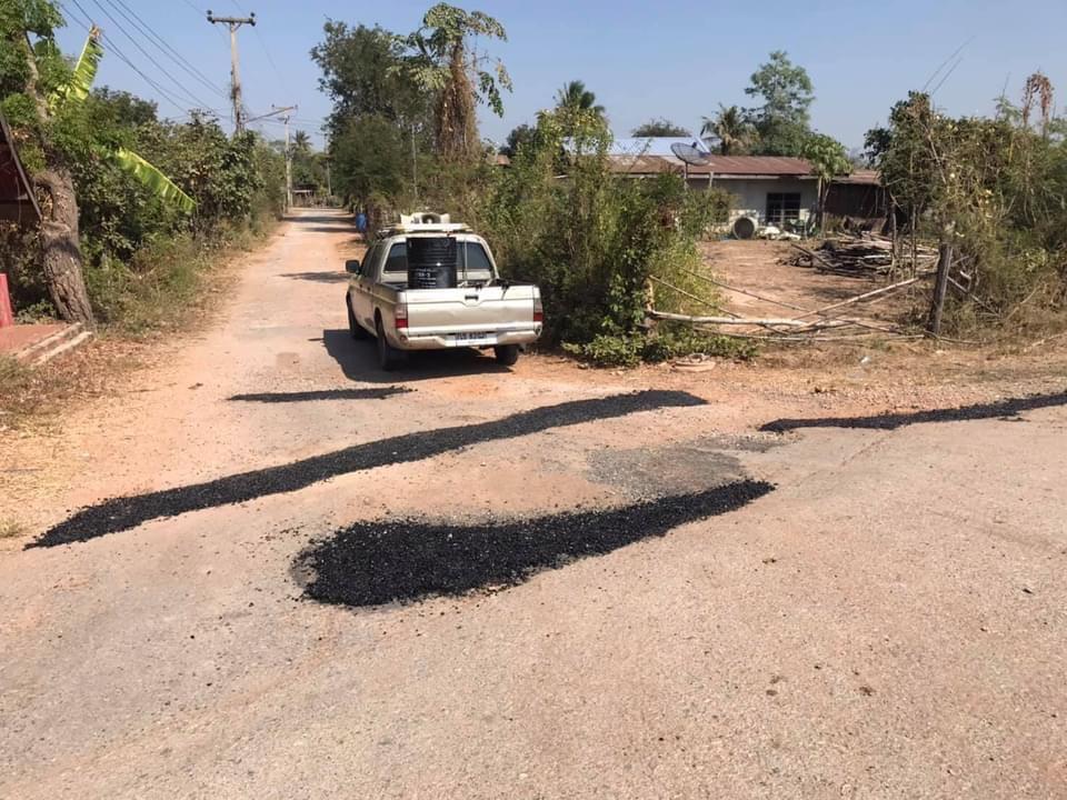 อบต.บ้านตาลดำเนินการซ่อมแซมถนนภายในหมู่บ้าน
